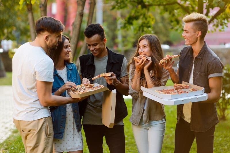 Vrienden die een pizzapartij hebben royalty-vrije stock afbeelding