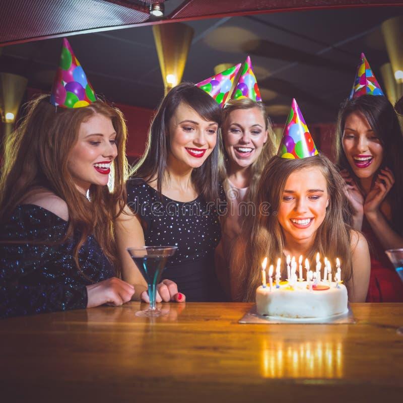 Vrienden die een verjaardag samen vieren stock foto