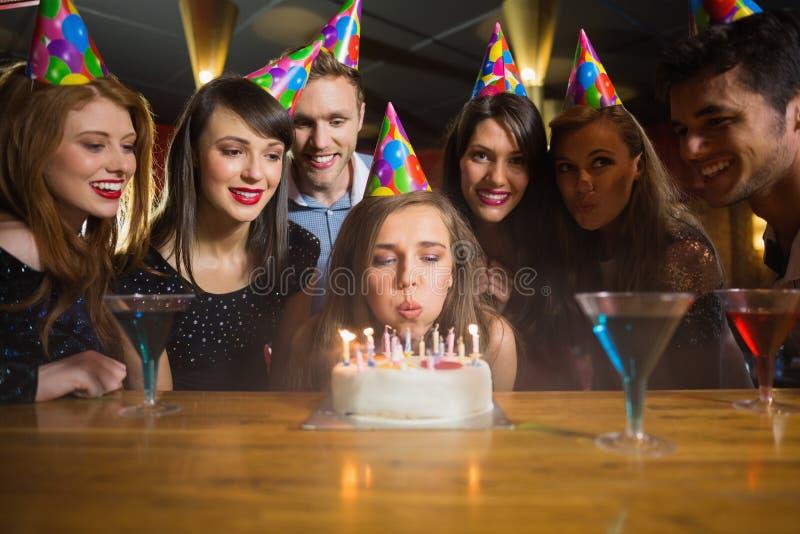 Vrienden die een verjaardag samen vieren stock fotografie