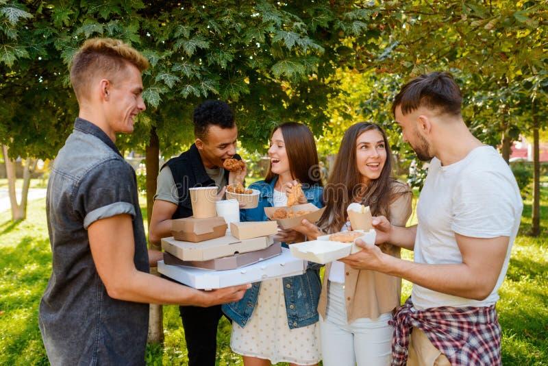 Vrienden die en pret eten hebben stock foto