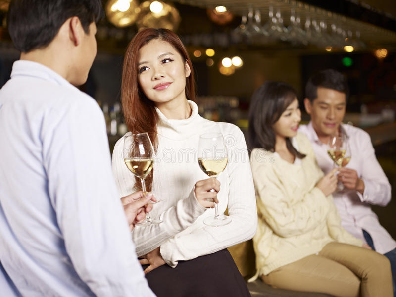 Vrienden die goede tijd in bar hebben royalty-vrije stock foto