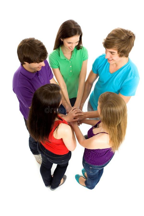 Vrienden die handen samenbrengen stock foto's
