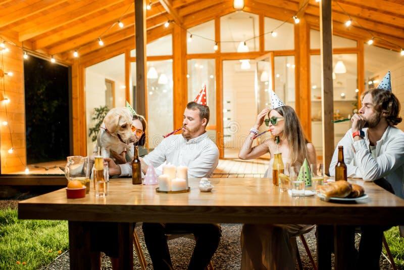 Vrienden die hond` s verjaardag vieren royalty-vrije stock foto