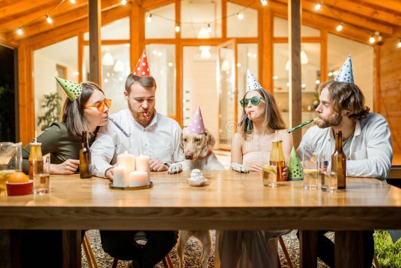 Vrienden die hond` s verjaardag vieren royalty-vrije stock afbeeldingen