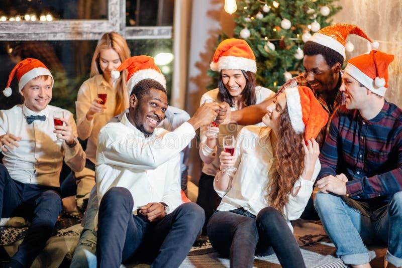Vrienden die Kerstmis van Dranken in Bar genieten royalty-vrije stock foto