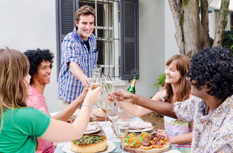 Vrienden die met alcohol roosteren royalty-vrije stock foto