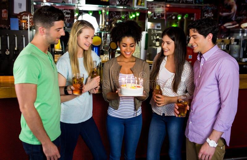 Vrienden die met cake vieren stock afbeelding