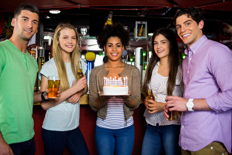Vrienden die met cake vieren stock fotografie