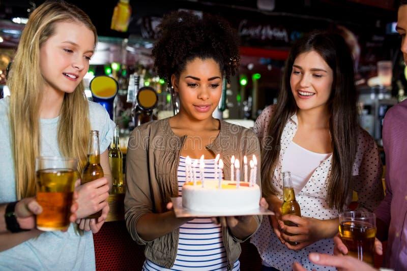 Vrienden die met cake vieren stock foto