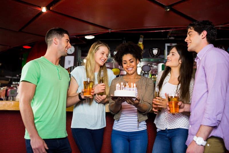 Vrienden die met cake vieren royalty-vrije stock afbeelding