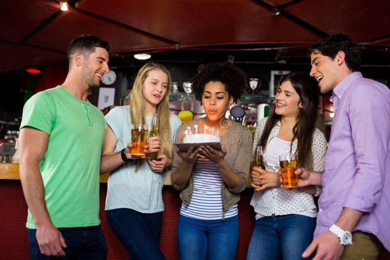 Vrienden die met cake vieren royalty-vrije stock foto