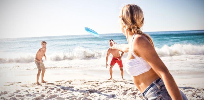 Vrienden die met een frisbee spelen royalty-vrije stock fotografie