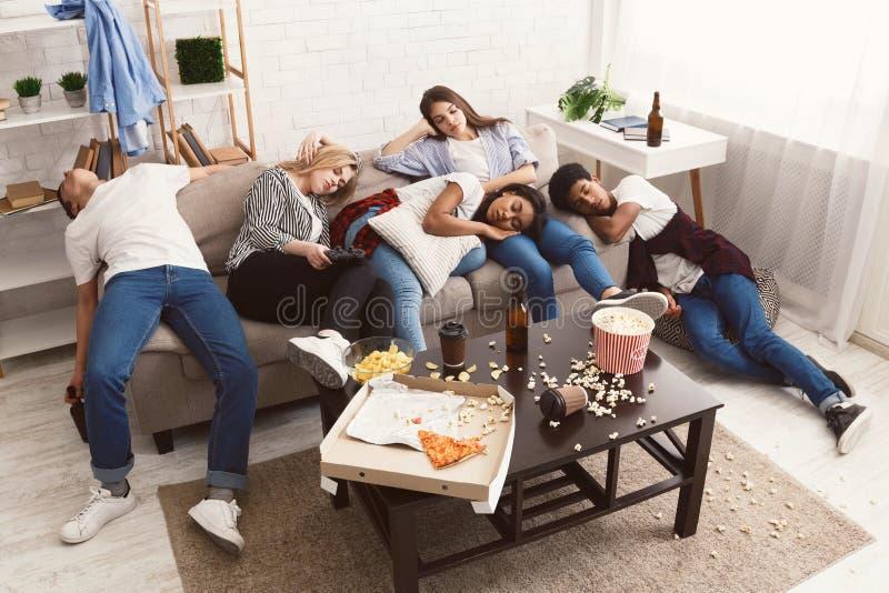 Vrienden die na partij in slordige ruimte slapen royalty-vrije stock foto