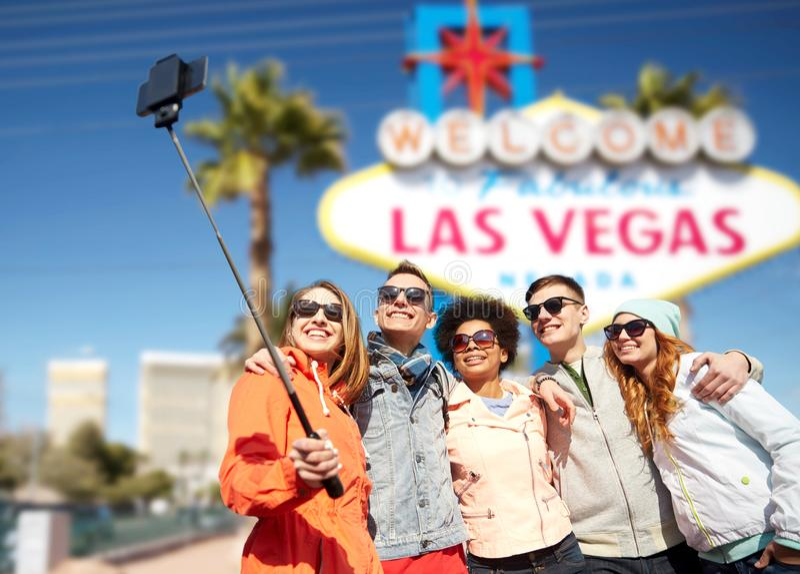 Vrienden die naar lasvegas reizen en selfie nemen stock afbeeldingen