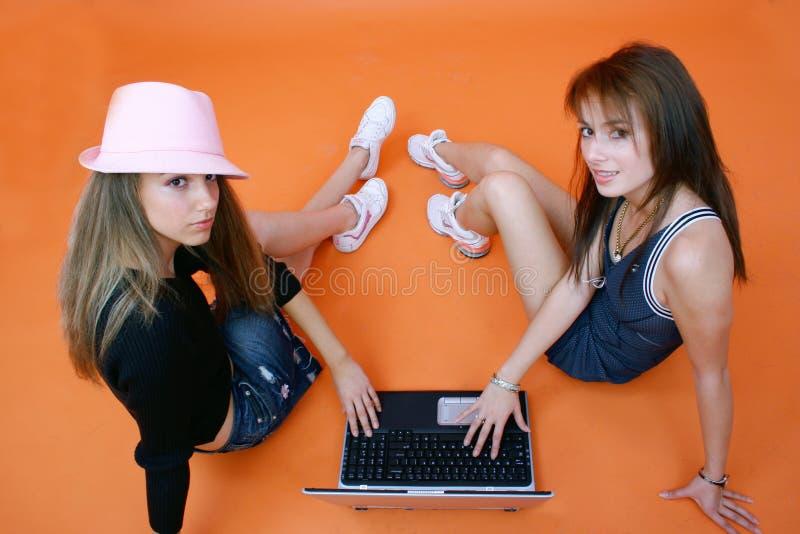 Vrienden die online worden royalty-vrije stock foto's
