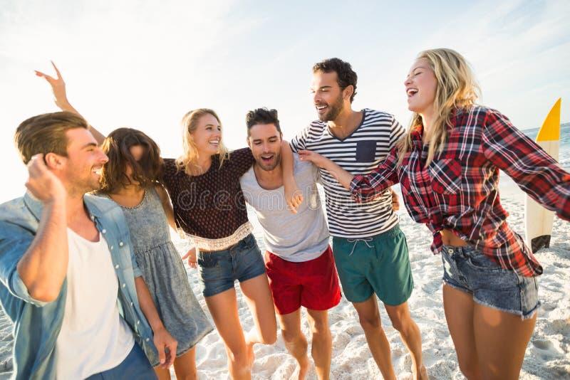 Vrienden die op het strand dansen stock afbeelding