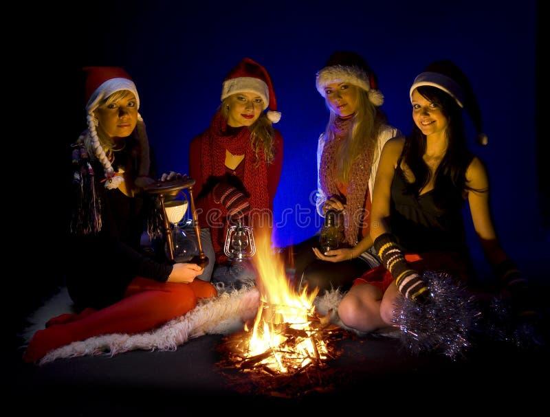 Vrienden die op Kerstmis wachten stock fotografie