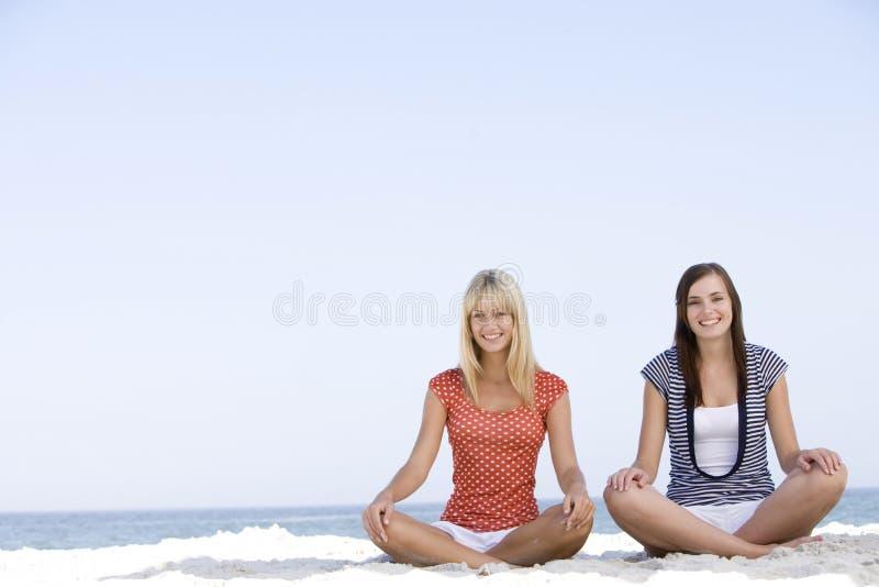 Vrienden die op strand ontspannen stock fotografie