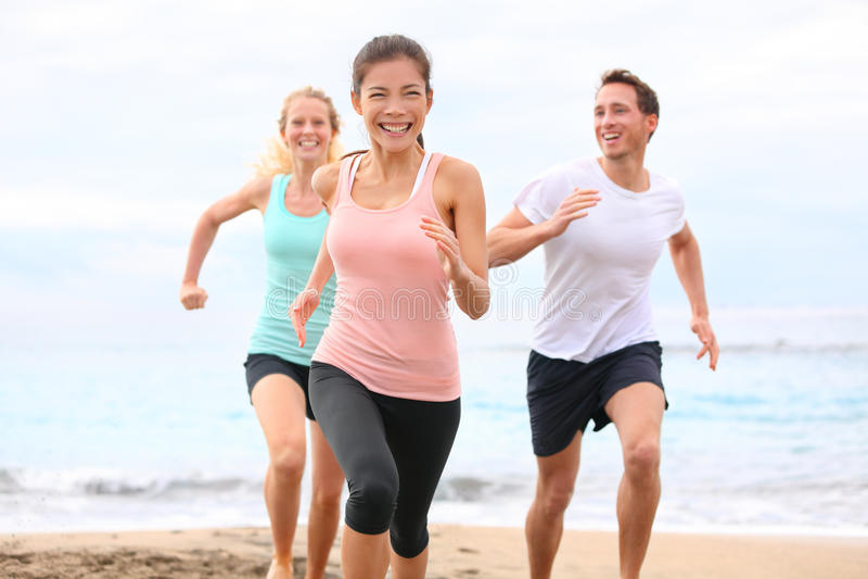 Vrienden die op strandjogging lopen royalty-vrije stock afbeelding