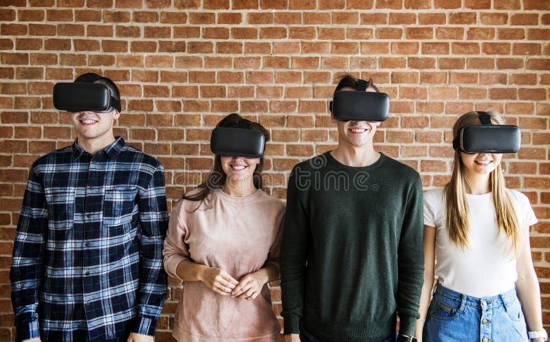 Vrienden die op VR-hoofdtelefoons proberen royalty-vrije stock foto's