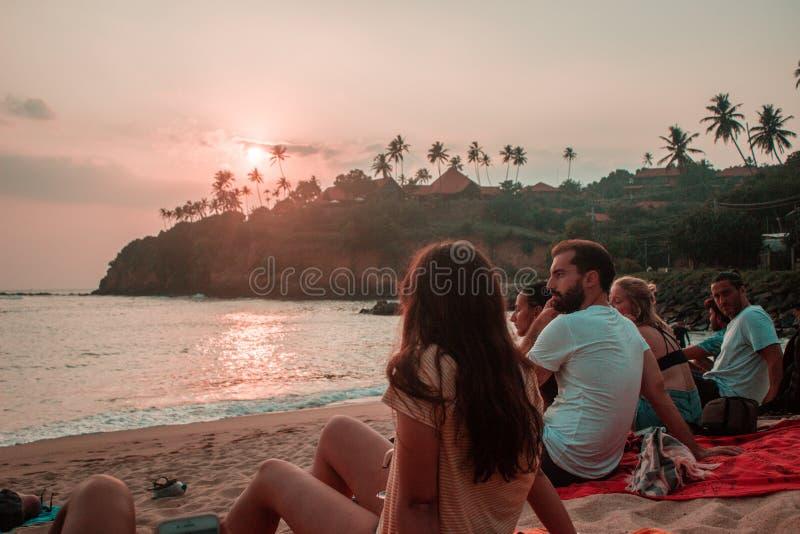 Vrienden die op zonsondergang letten stock afbeeldingen