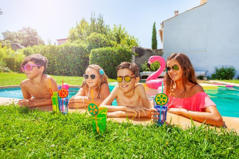 Vrienden die openluchtpartij hebben door zwembad royalty-vrije stock foto