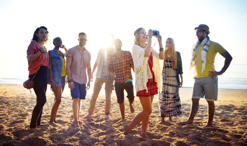 Vrienden die pret hebben bij het strand royalty-vrije stock afbeelding