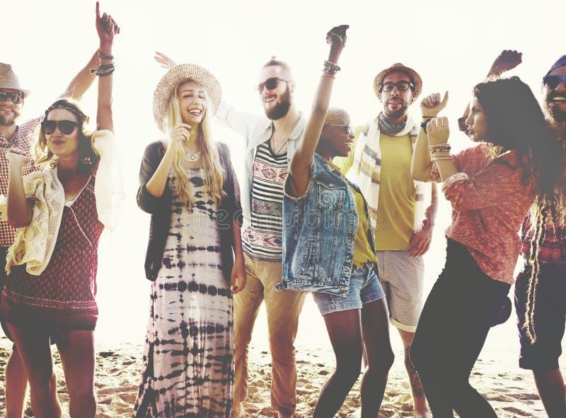 Vrienden die pret hebben bij het strand royalty-vrije stock afbeeldingen