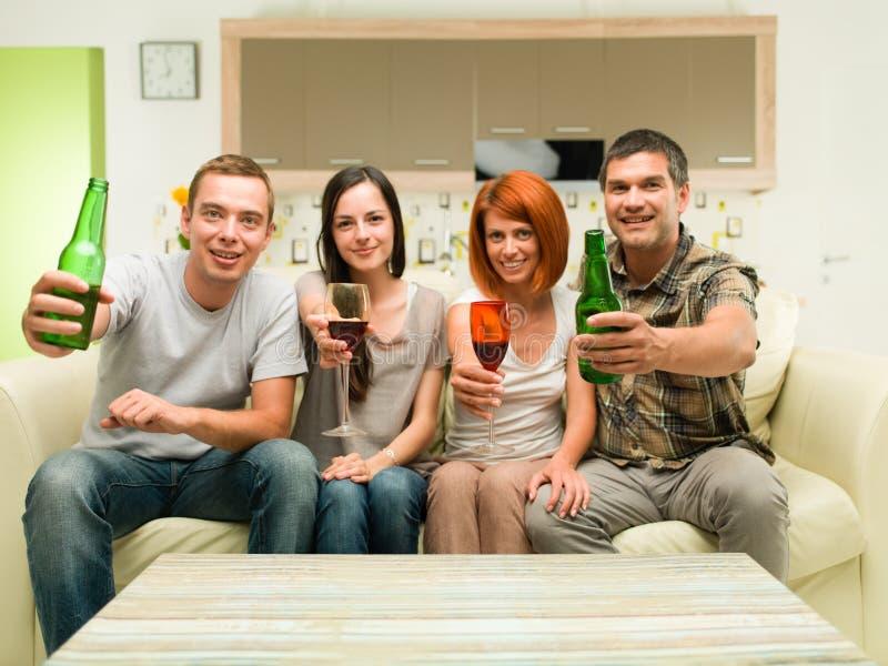 Vrienden die pret hebben thuis stock fotografie