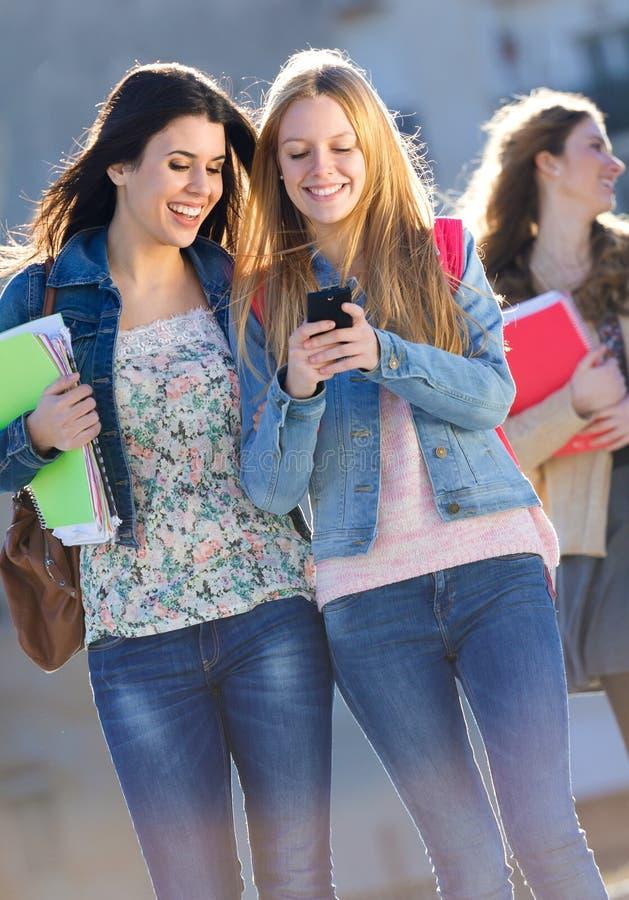Vrienden die pret met smartphones hebben royalty-vrije stock fotografie