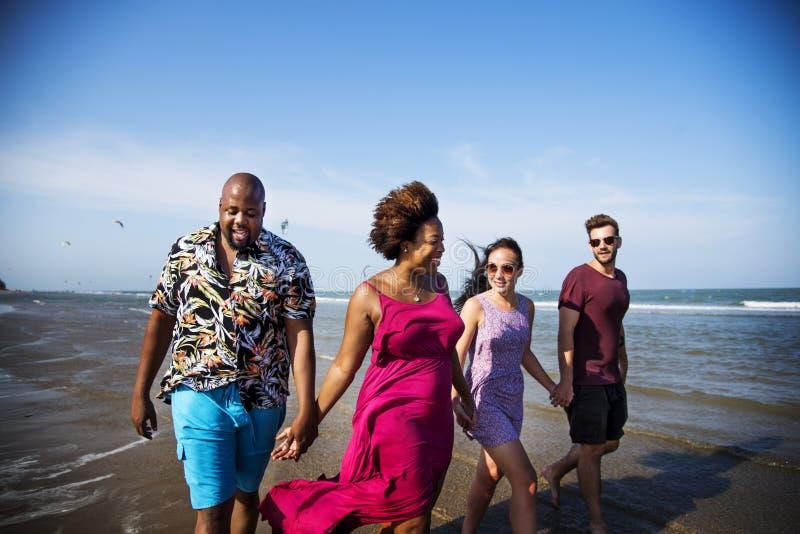 Vrienden die pret op het strand hebben stock foto's