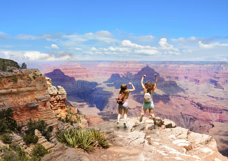 Vrienden die pret op wandelingsreis hebben in hooggebergte royalty-vrije stock afbeelding