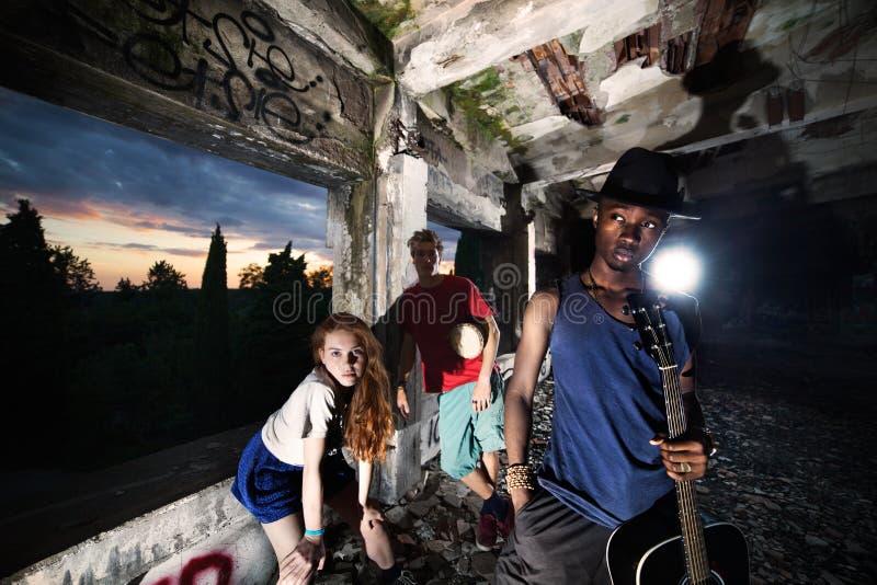 Vrienden die pret speelmuziek in een stedelijke plaats hebben stock fotografie