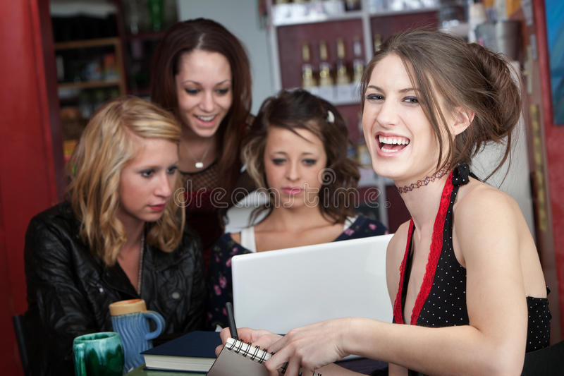 Vrienden die samen bestuderen stock afbeeldingen