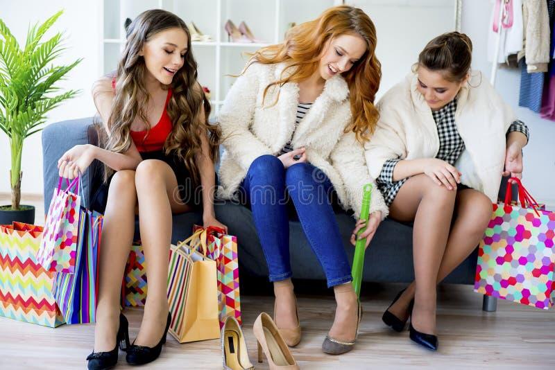 Vrienden die samen winkelen stock afbeeldingen
