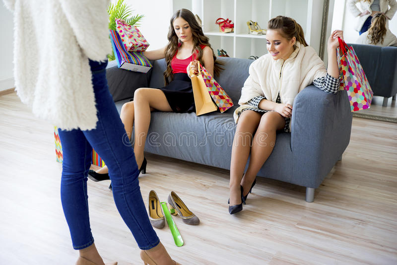 Vrienden die samen winkelen royalty-vrije stock afbeelding