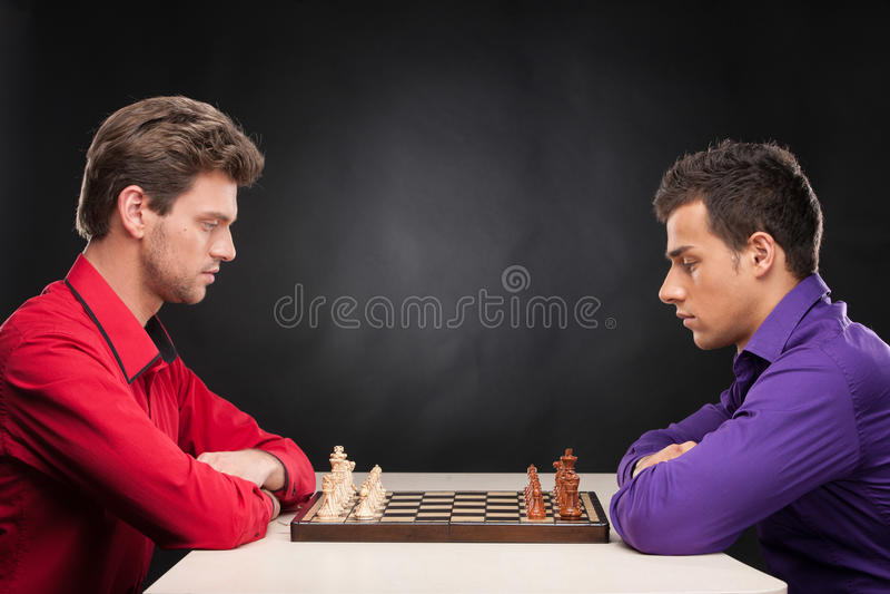 Vrienden die schaak op zwarte achtergrond spelen royalty-vrije stock fotografie