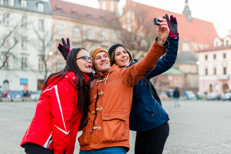 Vrienden die selfies met wearable camera in een toeristische stad vastspijkeren royalty-vrije stock afbeelding
