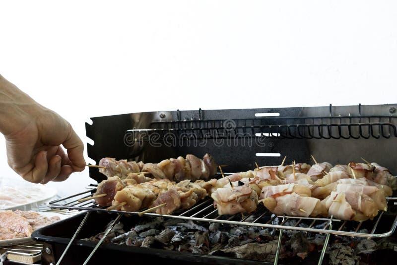 Vrienden die smakelijk voedsel bij de barbecuegrill in openlucht koken Het roosteren bij de zomerweekend Vers vlees in kebab Hand stock fotografie