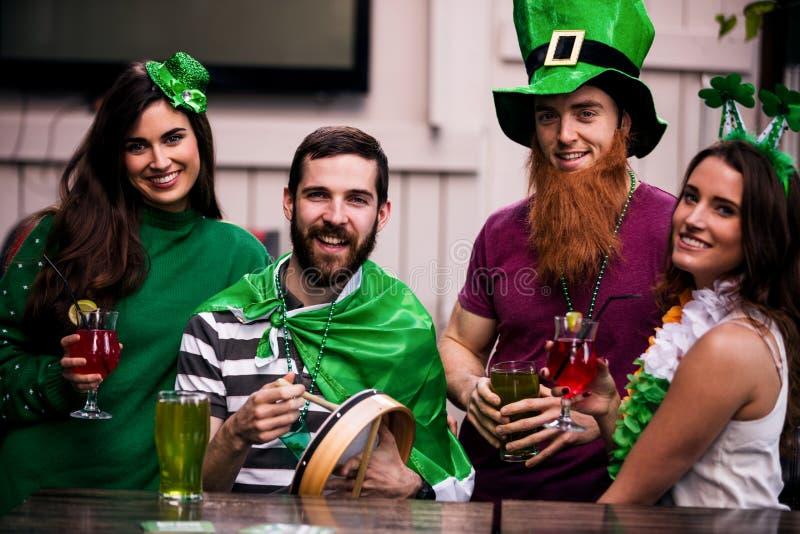 Vrienden die St Patricks dag vieren stock fotografie