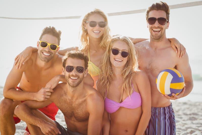Vrienden die strandsalvo spelen stock foto's