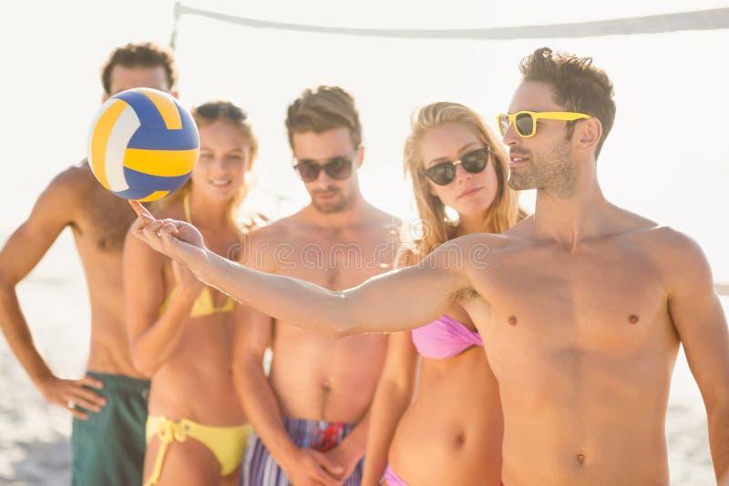 Vrienden die strandsalvo spelen stock afbeeldingen