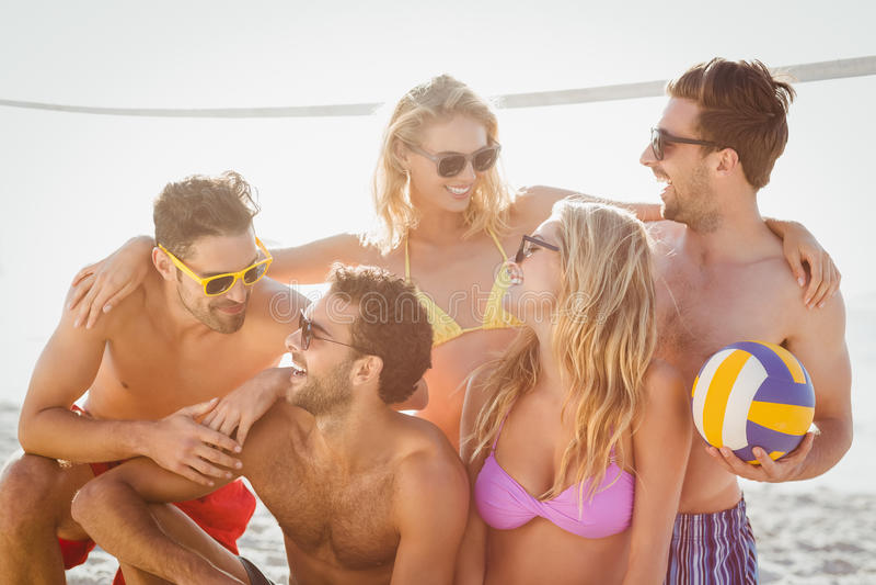 Vrienden die strandsalvo spelen royalty-vrije stock afbeelding