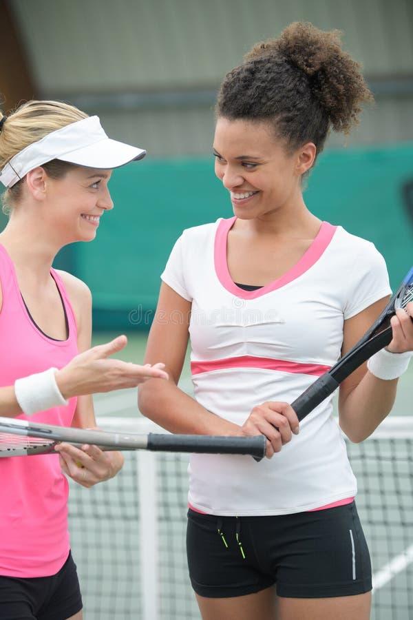 Vrienden die tennis op tennisbaan buiten spelen royalty-vrije stock afbeelding