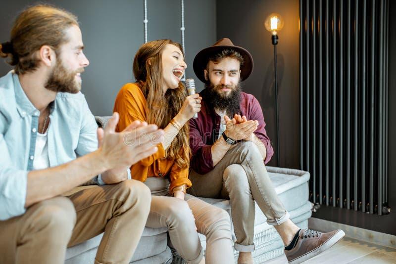 Vrienden die thuis zingen royalty-vrije stock foto's