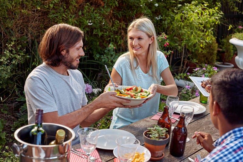 Vrienden die tuin van partij genieten royalty-vrije stock afbeelding