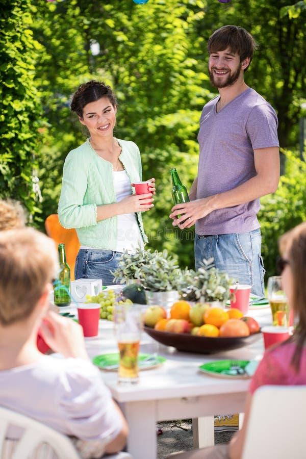 Vrienden die tuin van partij genieten royalty-vrije stock foto