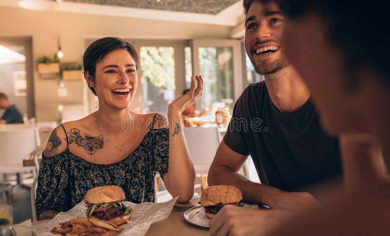 Vrienden die uit bij een koffie hangen royalty-vrije stock foto's