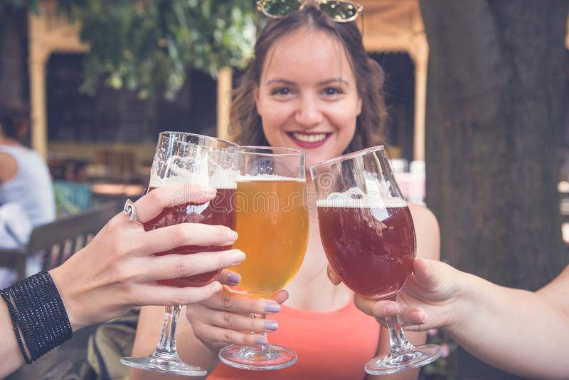 Vrienden die van bier genieten stock foto's