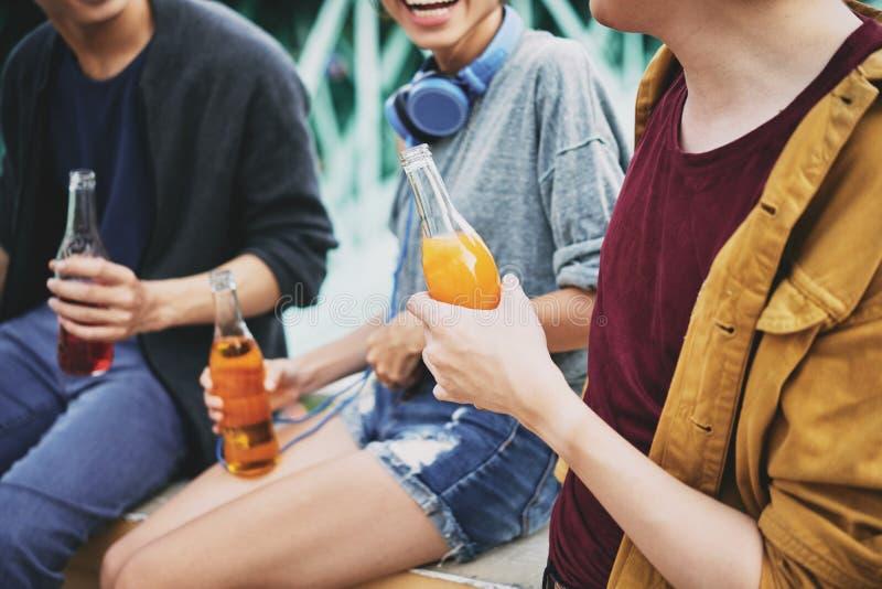 Vrienden die van Cocktails in openlucht genieten stock foto's